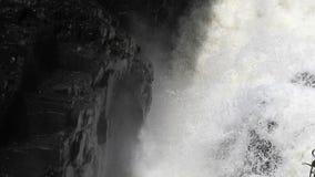 Water leeglopende rotsen met mos stock video