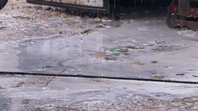 Water met chemische producten die in een grote moddervulklei druipen