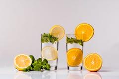 Water met citroen, sinaasappel en munt Stock Foto