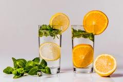 Water met citroen, sinaasappel en munt Royalty-vrije Stock Fotografie