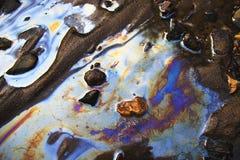 Water met flarden van benzine en olie Royalty-vrije Stock Foto's