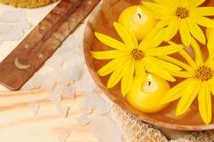 Water met gele bloemen voor KUUROORDontspanning Stock Foto