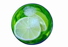Water met kalkstukken in het groene glas Stock Afbeeldingen