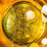 Water met parfum in een gouden kom en bloembloemblaadjes wordt gemengd dat Stock Afbeeldingen