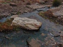 Water met rotsen stock afbeelding