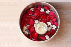 Water met roze bloemblaadje en jasmijn in zilveren kom Royalty-vrije Stock Foto's