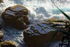 Water in natuurlijke rotspools op reusachtige rots royalty-vrije stock afbeelding