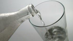 Water om een glas te drinken stock videobeelden