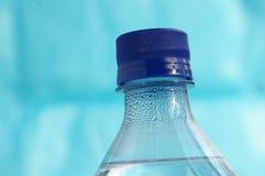 Water op blauw stock afbeelding
