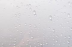 Water op de metaalauto wordt gelaten vallen die Royalty-vrije Stock Foto's