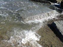 Water op de rots stock foto's