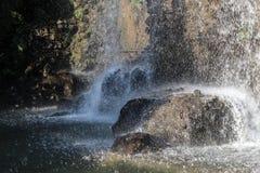 Water op de rotsen Royalty-vrije Stock Foto
