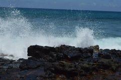 Water op de rotsen stock fotografie