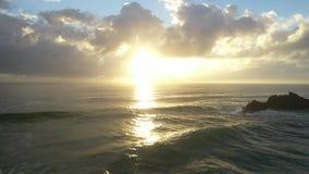 Water op de rotsen bij zonsopgang stock footage
