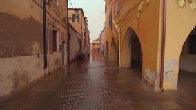 Water op de straten van de stad van de lagune van Chioggia Venetië stock videobeelden