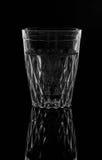 Water op een glas op donkere achtergrond Stock Afbeeldingen