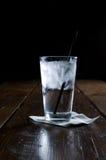 Water op een houten lijst Royalty-vrije Stock Afbeelding