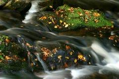 Water over de rotsen Royalty-vrije Stock Afbeelding