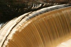 Water over een dam royalty-vrije stock fotografie