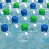 Water in plastic flessen stock foto
