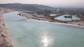Water in pools en travertijnvormingen in Pamukkale, Turkije stock videobeelden