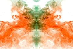 Water-rokerige substantie op een witte achtergrond van vurige oranje en groene kleur in de vorm van het hoofd van een mystiek spo royalty-vrije stock afbeelding