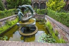 Water van het Levensbeeldhouwwerk in Chester Cathedral stock afbeeldingen