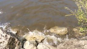 Water, wind, onweer, golven, vuil onweer, rivier, stenen, kei, kracht, dreigend, schuimend, slecht weer stock videobeelden