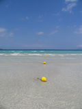 Water, zand, overzees & hemel stock afbeelding