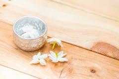 Water in zilveren kom met jasmijn witte bloem stock foto