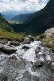 Waterall y río de la montaña Fotografía de archivo