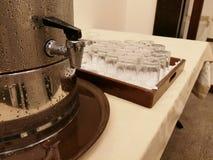 Waterautomaat met een glas water voor Gasten stock afbeeldingen