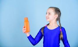 Waterbalans en harde gymnastiek opleiding Drink meer water Houd waterfles met u Doof dorstkind voelen dorst royalty-vrije stock afbeelding