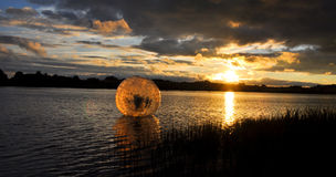 Waterball dans le lac photographie stock libre de droits