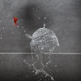 Waterballoon schioccando sotto forma di un cono gelato fotografia stock libera da diritti