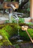 Waterbassin, Yasaka Jinja, Kyoto Stock Afbeelding