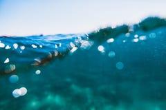 Waterbellen in onderwater in oceaan De textuur van het water Royalty-vrije Stock Foto's