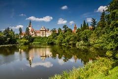 Waterbezinning van kasteel-Pruhonice, Tsjechisch Rep royalty-vrije stock afbeelding