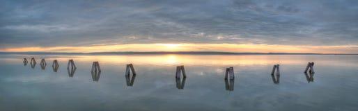 Waterbreak στη λίμνη στο ηλιοβασίλεμα Στοκ φωτογραφία με δικαίωμα ελεύθερης χρήσης