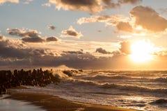 Waterbreak bei stürmischem Sonnenuntergang Lizenzfreies Stockbild