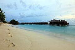 Waterbungalowwen, oceaan, hemel, zand in de Maldiven Royalty-vrije Stock Foto