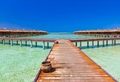 Waterbungalowwen op het tropische eiland van de Maldiven Stock Foto