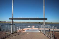waterbus的中止在河Noord的在alblasserdam城市在荷兰 免版税库存图片