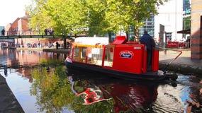 Waterbus op de kanalen van Birmingham, Engeland stock foto's