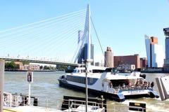 Waterbus seglar från Rotterdam till Dordrecht, Holland Royaltyfria Bilder