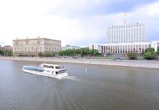 Waterbus segling längs Moskvafloden Arkivbilder