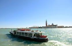 waterbus (vaporetto)的乘客在大运河威尼斯 图库摄影