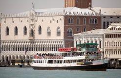 Waterbuses motorizados en Venecia Imagen de archivo