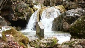 Watercascade op een bergrivier stock videobeelden