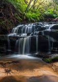 Watercascades over rotsen in Leura royalty-vrije stock afbeeldingen